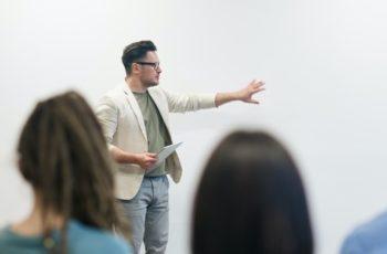 professor de libras ensinado sobre melhorar a carreira
